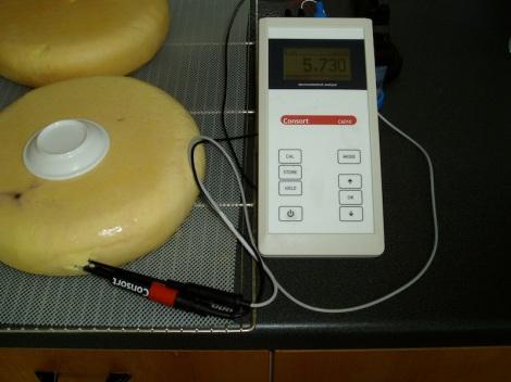 pH net onder de korst van kaas met AD water