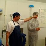 Joe Schneider in zijn kaasmakerij