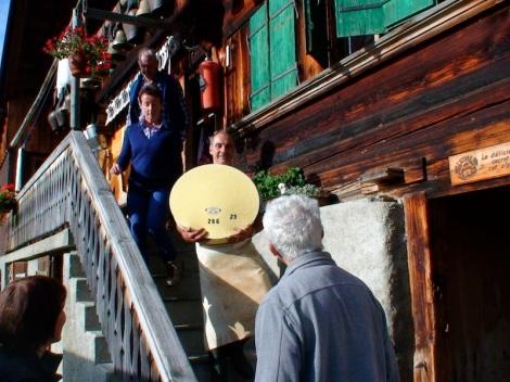 Een vers gemaakt Etivaz wiel op de alpage van de familie Morrier
