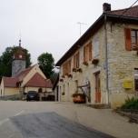 Midden in 't dorp, vlak naast de kerk