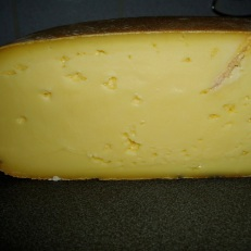 Doorsnede en textuur van GW kaas. Bruine gang rechtsboven is te wijten aan het meten van de pH
