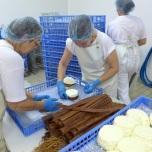 Het inbinden van de kaas