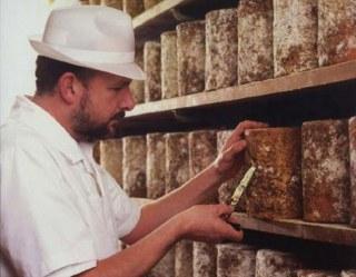 Het proeven van de kaas met de kaasboor