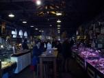 En niet al te duidelijk zicht op het interieur van de Farmer's market