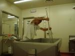 Zorgvuldig snijden van de wrongel met de kaasmessen