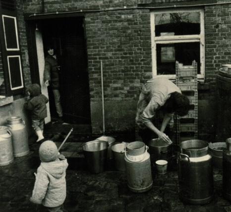 Afwassen in weer en wind met Lotte en Pepijn ... 1985