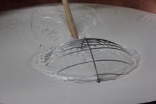 Het traditioneel snijden van de Parmigiano wrongel